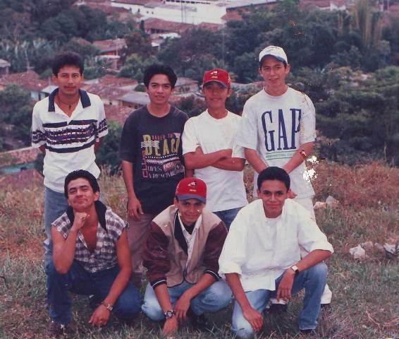 """De izq. a derecha, atrás: Vladimir """"Piti"""" Rosales, Pablo Santana Alfaro, Elyonai Josué Rivera y Enrique Navarrete. Adelante: Alex """"El Chumpe"""" Mejía, César Rodríguez y Arecio De León."""